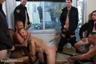 Maitre gay violé, humilié et jeté nu dans la rue par des flics gays musclés !