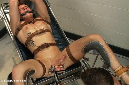 Bondage gays videos : électrostimulation chez un médecin SM pour ce soumis rebel