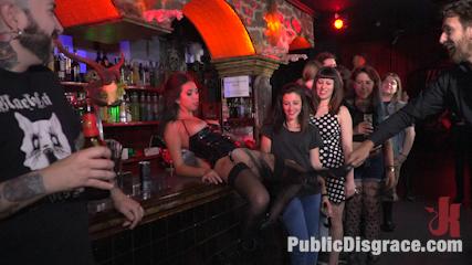 Salope livrée en public a des inconnus et a des lesbiennes gothiques dechainées