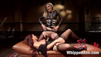 Soumise mure en bas noirs  ligotée  fistée, enculée au gode ceinture par sa maitresse lesbienne