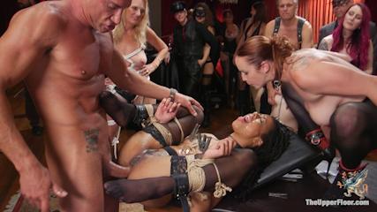 Quatre esclaves sexuelles livrées a tous les fantasmes defoncées fistées et couvertes de foutre dans une orgie publique