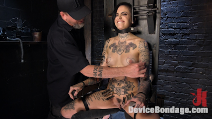Breaking the New Girl - Leigh Raven