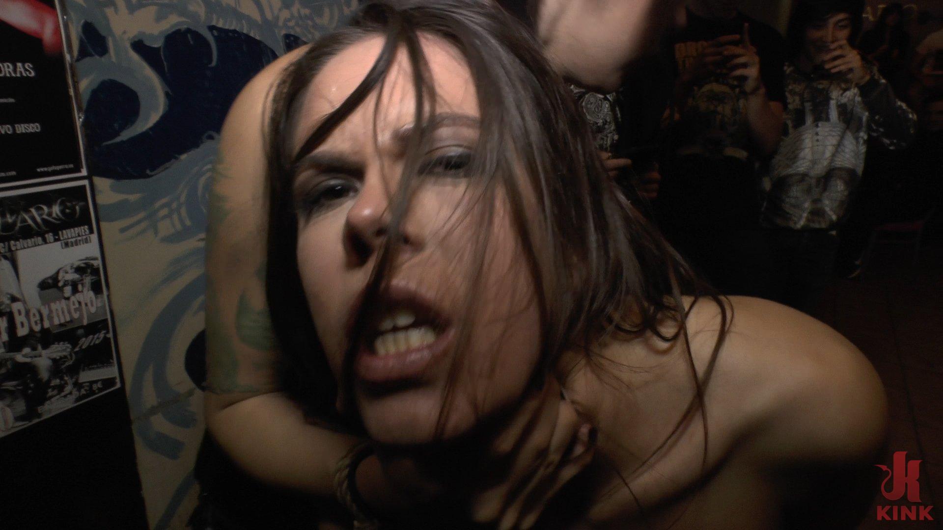 Bella Slut spagnola Completamente Umiliato sul palco del Concerto live (Kink)