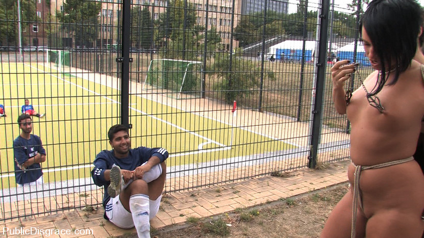 Euro Babe ottiene legato ed esposto ad un campo di giocatori di calcio completamente nudo !!! (Kink)